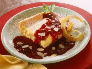 Apfelauflauf mit Mandeln und Zwetchensauce Rezept