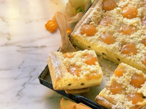 Käsekuchen mit Aprikosen und Streuseln Rezept