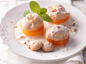 Aprikosen mit Nuss-Baiser Rezept