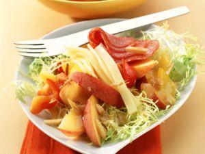 Aprikosen-Pfirsich-Salat mit Käse und Salami Rezept