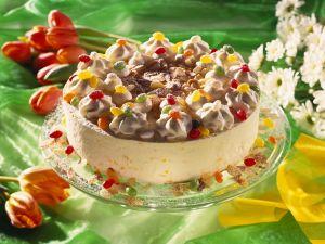 Aprikosen-Sahne-Torte mit Mandelblättchen und Zuckereiern Rezept