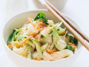Asia-Nudeln mit Pak Choi und Möhren Rezept