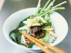 Asia-Nudeln mit Rindfleisch und Gemüse auf Thai-Art Rezept