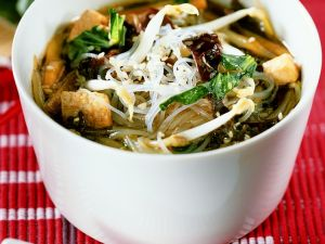 Asia-Suppe mit Glasnudeln und Tofu Rezept