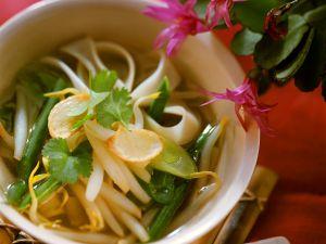 Asiaitische Reisnudelsuppe mit Gemüse Rezept