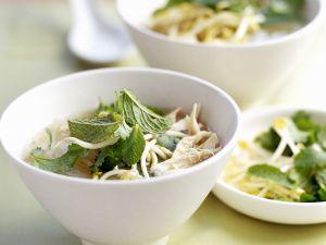 Asiatische Geflügelbrühe mit Sprossen und Thai-Basilikum Rezept