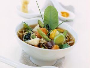 Asiatische Gemüsesuppe mit Nudeln Rezept