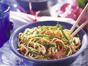 Asiatische Nudeln mit Gemüse und Hühnchen Rezept