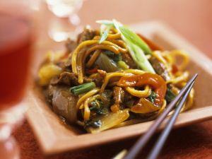 Asiatische Nudeln mit Gemüse und Rindfleisch Rezept