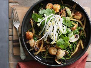 Asiatische Nudeln mit Muscheln und Sprossen Rezept