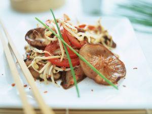 Asiatische Nudeln mit Paprika, Sprossen und Shiitakepilzen Rezept