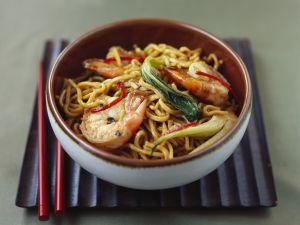 Asiatische Nudelpfanne mit Gemüse und Garnelen Rezept