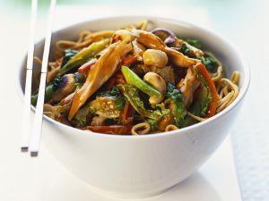 Asiatische Nudelpfanne mit Hähnchen Rezept