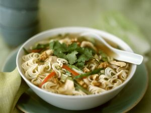 Asiatische Nudelsuppe mit Hähnchen und Nüssen Rezept