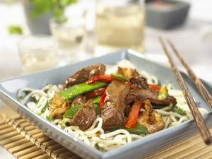 Asiatische Rindfleisch-Gemüsepfanne mit Nudeln Rezept