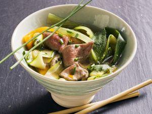 Asiatische Rindfleischsuppe mit Gemüse Rezept