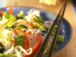Asiatischer Nudelsalat mit Gemüse Rezept