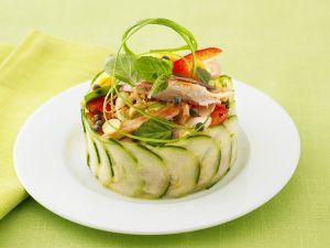 Asiatischer Salat mit Huhn und Papaya im Gurkenring Rezept