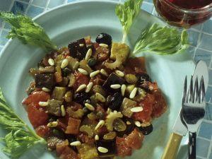 Auberginengemüse mit Sellerie, Oliven und Pinienkernen Rezept