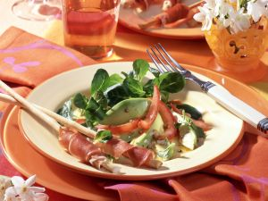 Avocado-Feldsalat mit Parmaschinken-Grissini Rezept