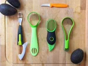 Avocado schneiden mit dem Avocadoschneider