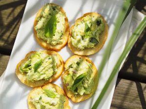 Avocado und Käse auf Röstbrot Rezept
