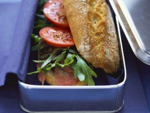 Baguettebrötchen mit Pastrami, Rucola und Tomaten Rezept