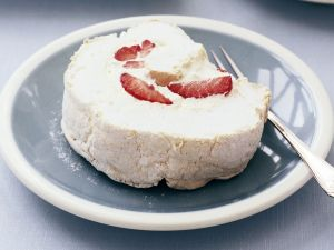 Baiser-Roulade mit Erdbeeren Rezept