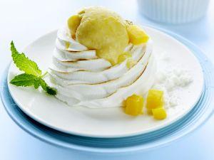 Baisertürmchen mit Mangoeis Rezept