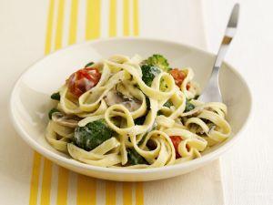 Bandnudeln mit Gemüse und Käsesauce Rezept