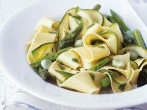 Bandnudeln mit grünem Spargel, Zucchini und Bohnen Rezept