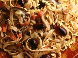 Bandnudeln mit Sardellen und Oliven Rezept