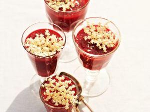 Beerengrütze mit Rhabarber und Holunderblüten Rezept