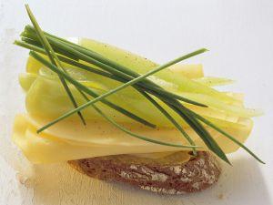 Belegtes Baguette mit Käse und Paprika Rezept