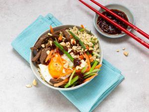 Bibimbap-Bowl mit Rindfleisch und Gemüse Rezept