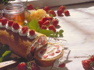 Biskuit-Erdbeerrolle Rezept