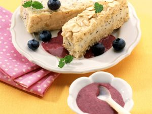 Biskuit-Marzipan-Schnitten mit Heidelbeersauce Rezept