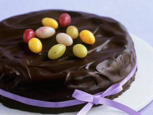 Biskuit-Schokoladenkuchen mit Zuckereiern zu Ostern Rezept
