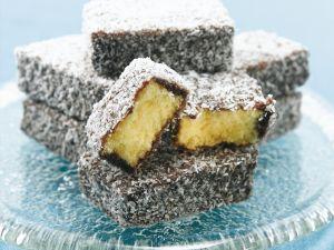 Biskuitkuchen mit Kokos-Schoko-Hülle (Lamingtons) Rezept