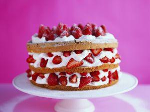 Biskuitorte mit Erdbeer-Cremefüllung Rezept