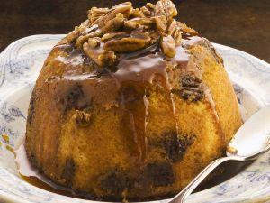 Biskuitpudding mit Sirup und Nüssen Rezept