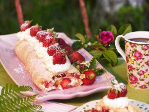Biskuitroulade mit Erdbeeren Rezept