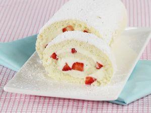 Biskuitroulade mit Erdbeeren herstellen Rezept