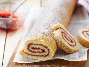 Biskuitroulade mit Erdbeerkonfitüre Rezept