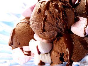 Bitterschokoladeneiscreme mit Marshmallows Rezept