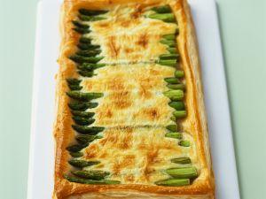 Blätterteigkuchen mit grünem Spargel und Käse Rezept