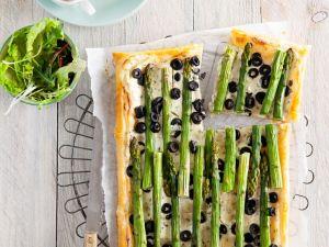 Blätterteigkuchen mit Spargel und Oliven Rezept