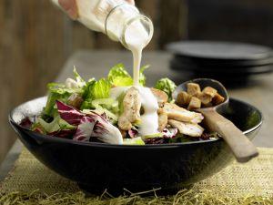 Blattsalat mit Hähnchenstreifen Rezept