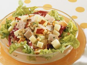 Blattsalat mit Apfel und Schinken Rezept