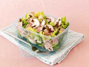 Blattsalat mit Avocado, Wurst und Pilzen Rezept